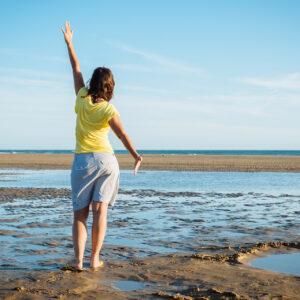 Femme zen sur la plage Vendée